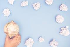 Ręki mienia kula ziemska z papier chmury ramą Zdjęcia Royalty Free