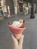 Ręki mienia lody przy ulicą Zdjęcie Stock