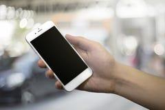 ręki mienia męski telefon Zdjęcie Stock