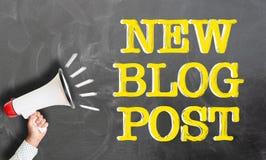 Ręki mienia megafon przeciw teksta bloga NOWEJ poczcie na chalkboard zdjęcia stock
