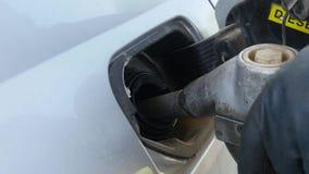 Ręki mienia nozzle paliwo dalej wypełnia wewnątrz samochód zbiory wideo
