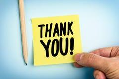 Ręki mienia papieru notatka Z słowami Dziękuje Ciebie Fotografia Stock