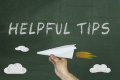 Ręki mienia papieru teksta i samolotu Pomocniczo porady pisać na zielonym blackboard Zdjęcie Royalty Free
