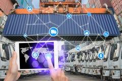 Ręki mienia pastylka naciska guzik logistyk związku technikę Obraz Stock