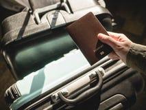 Ręki mienia Paszportowy podróżnik z bagażu dokument podróżny Zdjęcie Stock
