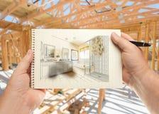 Ręki mienia pióro i ochraniacz papier z łazienka projektem Inside Fotografia Stock