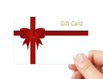 Ręki mienia prezenta karta odizolowywająca nad bielem Fotografia Royalty Free