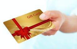 Ręki mienia prezenta karta odizolowywająca nad bielem Obraz Royalty Free