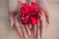 Ręki mienia prezenta teraźniejszości pudełko boże narodzenia, nowego roku wakacje Merr Obrazy Royalty Free