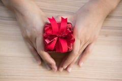 Ręki mienia prezenta teraźniejszości pudełko boże narodzenia, nowego roku wakacje Merr Fotografia Royalty Free