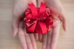Ręki mienia prezenta teraźniejszości pudełko boże narodzenia, nowego roku wakacje Merr Zdjęcia Royalty Free