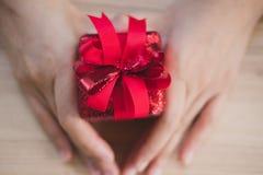 Ręki mienia prezenta teraźniejszości pudełko boże narodzenia, nowego roku wakacje Merr Obraz Royalty Free
