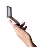 Ręki mienia proszka mirroron fundacyjny biel zdjęcia stock