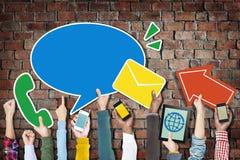 Ręki mienia przyrządów Globalne komunikacje royalty ilustracja