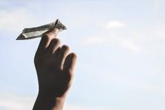 Ręki mienia rakiety pieniądze papier na niebie zdjęcia stock