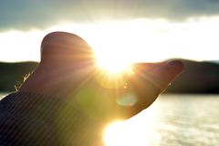 ręki mienia słońce Zdjęcia Stock