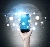 Ręki mienia smartphone z błękitnym ekranem Fotografia Royalty Free
