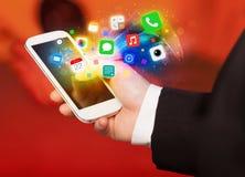 Ręki mienia smartphone z kolorowymi app ikonami Fotografia Royalty Free