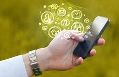 Ręki mienia smartphone z mobilnymi app wyborami Obraz Royalty Free