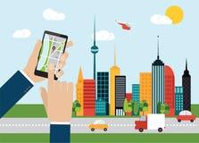 Ręki mienia smartphone z nawigaci mapą na ekranie, miasta tło Obrazy Royalty Free