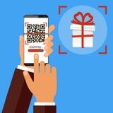 Ręki mienia smartphone z QR kodem na ekranie i prezencie Obrazu cyfrowego QR kod i dostaje prezenta lub rabata pojęcie wektor royalty ilustracja