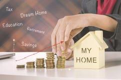 Ręki mienia sterta monety dla pieniężnego i oszczędzania pieniądze conce obraz stock