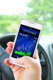 Ręki mienia telefon komórkowy z giełda papierów wartościowych ekranem Obrazy Royalty Free