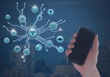ręki mienia telefon nad miasta i biznesu ikon łączyć Fotografia Stock