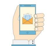 Ręki mienia telefon z e-mailową ikoną na ekranie Ilustracja Wektor