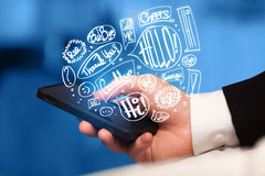 Ręki mienia telefon z ręka rysującą mową gulgocze Fotografia Stock