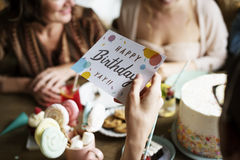 Ręki mienia Urodzinowa Życzy karta Zdjęcie Royalty Free