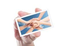 Ręki mienia wolontariusza karta z łączyć rękami jako tło Zdjęcia Royalty Free
