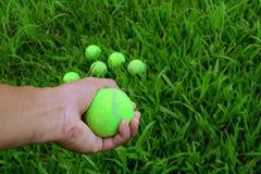 ręki mienia zieleni tenisowa piłka Obrazy Royalty Free
