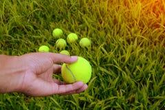 ręki mienia zieleni tenisowa piłka Zdjęcia Royalty Free