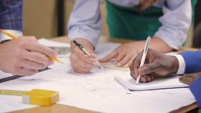 Ręki mieszany biegowy arcitect, budowniczy i projektant dyskutuje domowego projekt, zdjęcie wideo