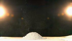 Ręki miotania mąka w rozsypisko gwałtownym Ręka rzutów bielu proszka góra wolny mo zdjęcie wideo