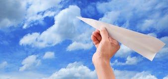 Ręki miotania papieru samolot niebieskie niebo wydaje się wolnością Obrazy Stock