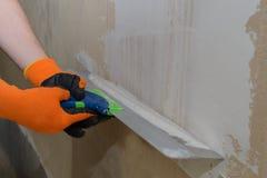 Ręki mistrzowska kit ściana Obrazy Stock