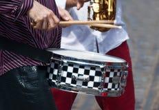 Ręki muzyk z bębenem Obrazy Royalty Free