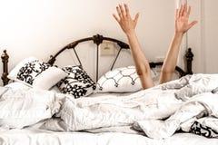 Ręki na bad Don ` t chce iść spać zdjęcie stock