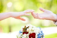 Ręki na dniu ślubu zdjęcia royalty free
