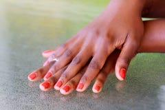 Ręki na stole z czerwonym gwoździa połyskiem Obraz Royalty Free