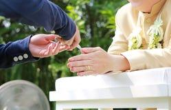 Ręki nalewa błogosławieństwo wodę w fornal ręki, Tajlandzki ślub obraz royalty free