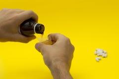 Ręki nalewa medycznego syrop w pomiarowej filiżance  Fotografia Royalty Free