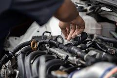 Ręki naprawia samochodowego silnika w garażu auto mechanik Utrzymanie samochód obrazy stock