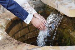 Ręki niedawno poślubiający z obrączkami ślubnymi Obrazy Royalty Free