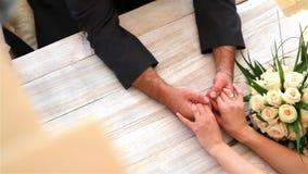 Ręki nowożeńcy zdjęcie wideo
