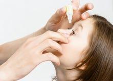 Ręki obcieknięcia leka rozwiązanie w oczach dziecka obrazy royalty free