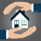 Ręki ochrania dom, asekuracyjny pojęcie Fotografia Royalty Free