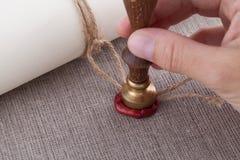Ręki odciskania foki znaczek arkana dokument z wosk foką Obrazy Stock